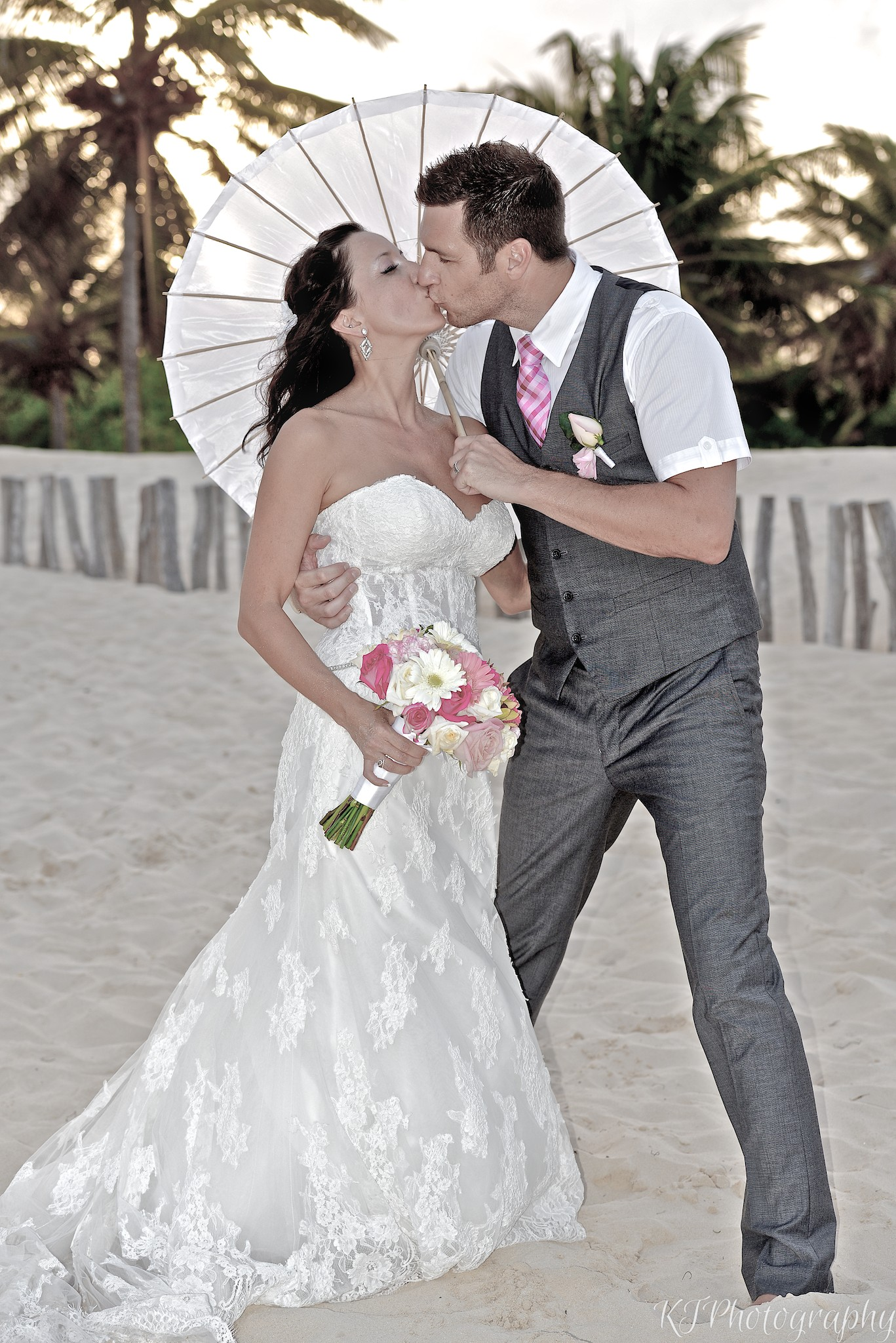 parasol wedding kiss