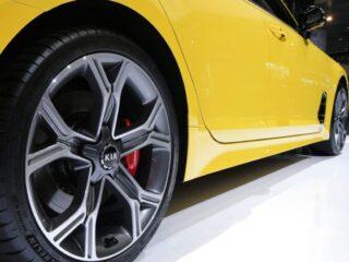 2018 kia stinger yellow wheels