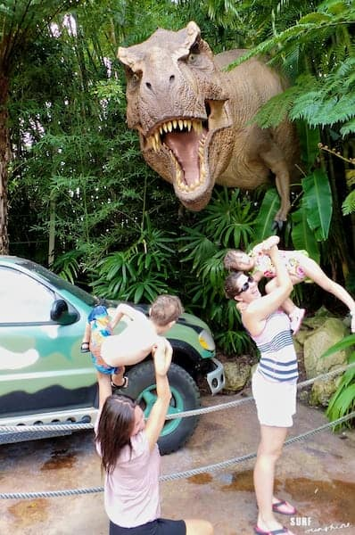 universal orlando moms give kids to t-rex (1)